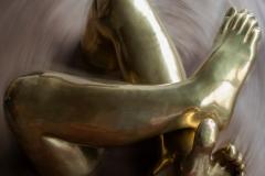 Pernas sobrepostas bronze polido 92x68x32 alt 1980